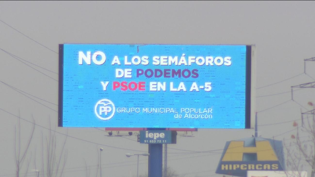 El PP de Alcorcón denuncia los semáforos de la A-5 con un gran cartel luminoso