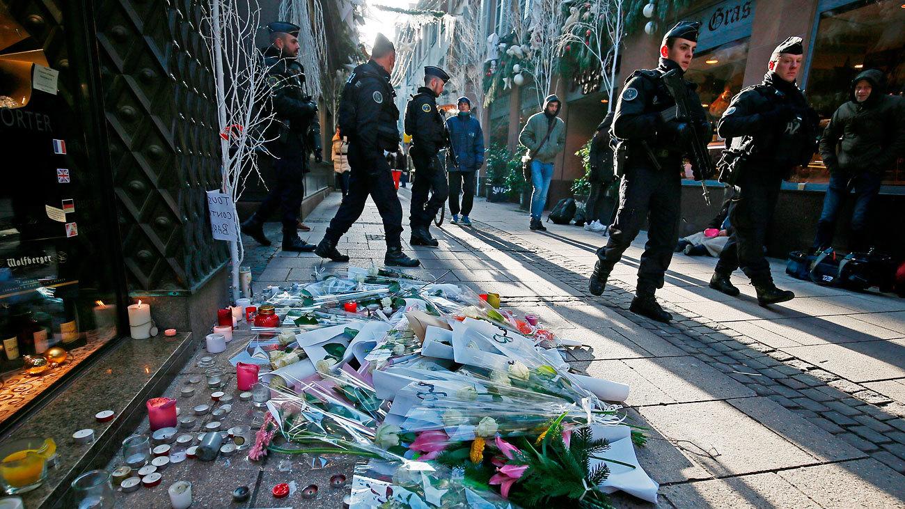 Flores, velas y mensajes de condolencia en el lugar donde falleció una de las víctimas en el atentado en Estrasburgo