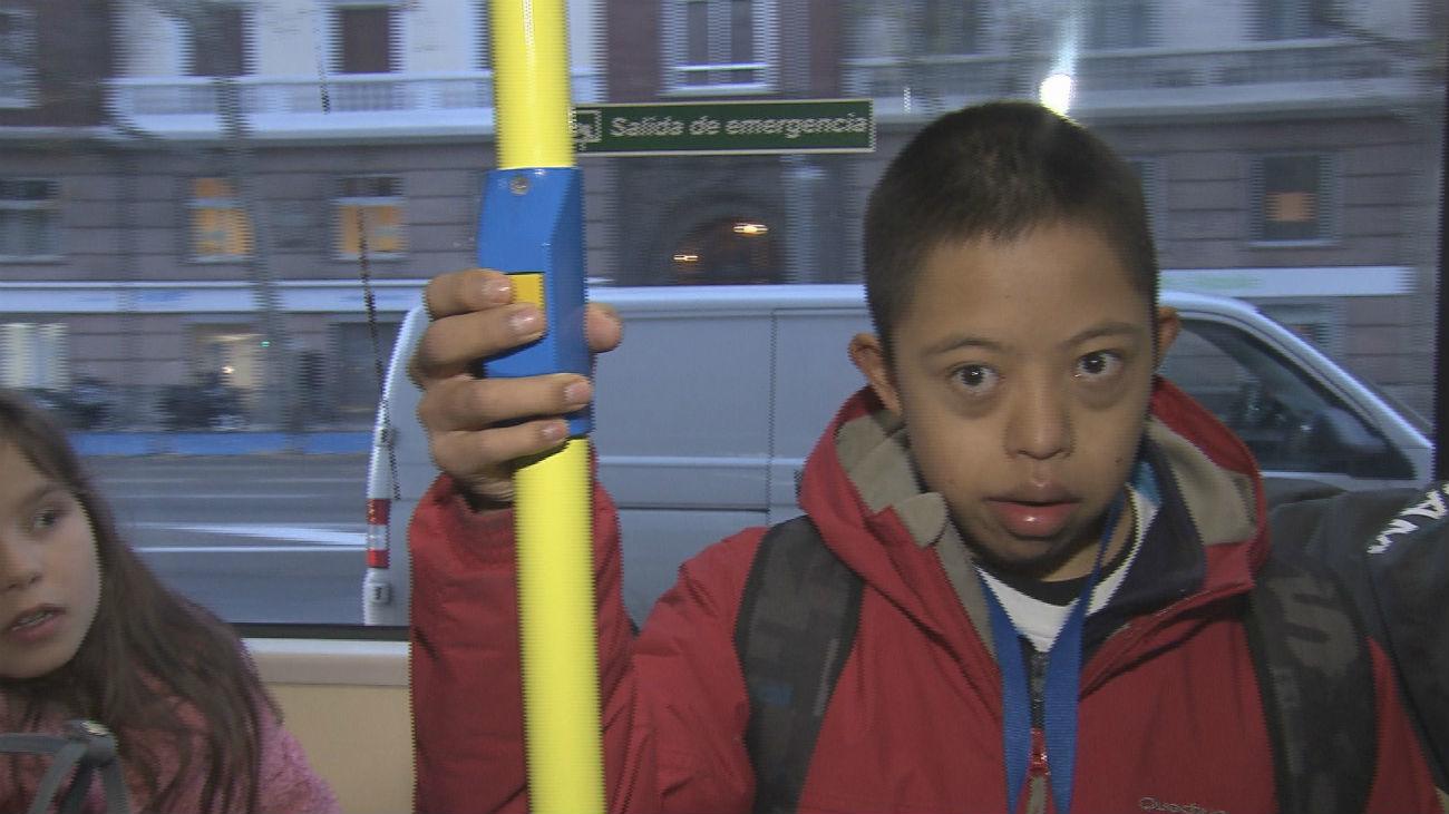 Personas con discapacidad intelectual aprenden a moverse con los buses de la EMT