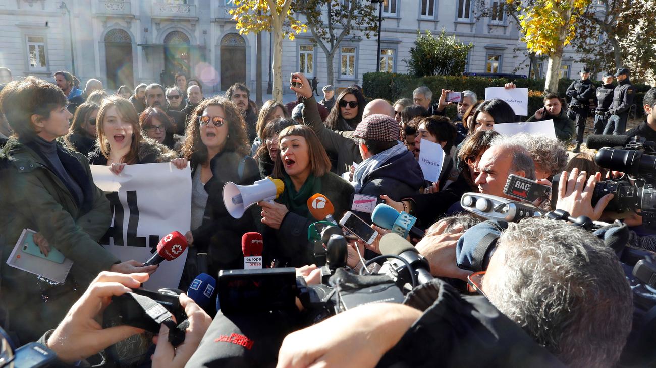 Más de 200 periodistas se manifiestan frente al Supremo por el 'caso Cursach'