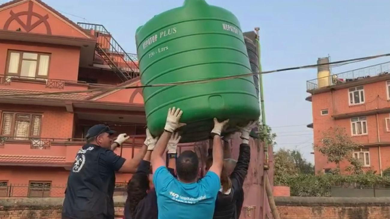 Bomberos madrileños reconstruyen un orfanato en Nepal