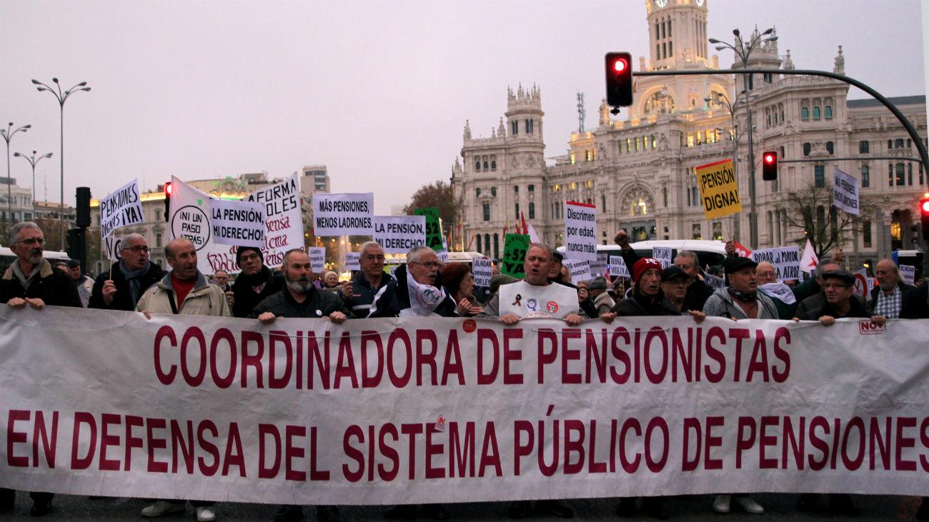 """Miles de personas protestan en Madrid para reclamar pensiones """"dignas"""""""