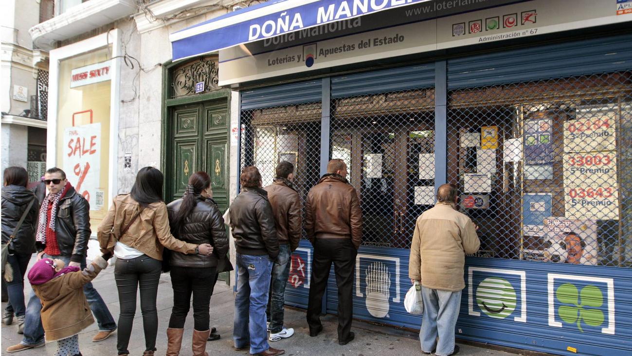 Colas de más de tres horas para comprar un décimo en Doña Manolita