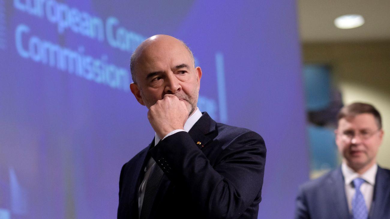 El comisario europeo de Asuntos Económicos y Financieros, Fiscalidad y Aduanas, Pierre Moscovici (i), y el vicepresidente de la CE para el Euro, Valdis Dombrovskis (al fondo)