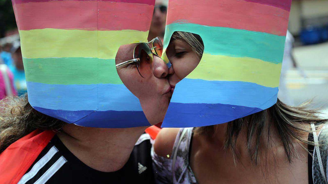 Dos mujeres besándose durante una marcha contra la homofobia y la transfobia en La Habana (Cuba). EFE