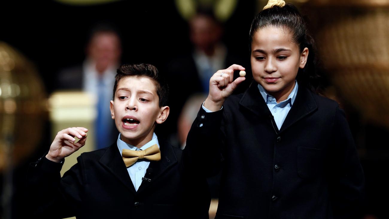 Los niños de San Ildefonso cantan el 67.774, segundo cuarto premio