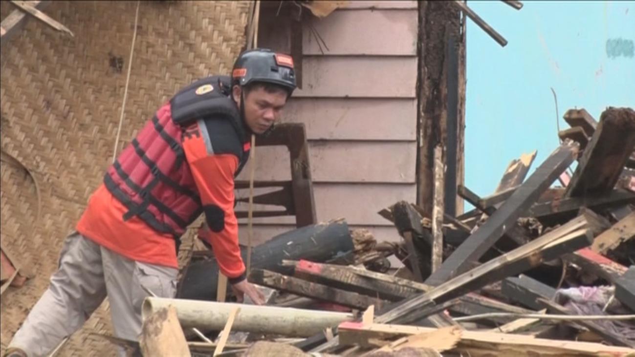 Aumentan a 429 los muertos por tsunami en Indonesia mientras se buscan supervivientes