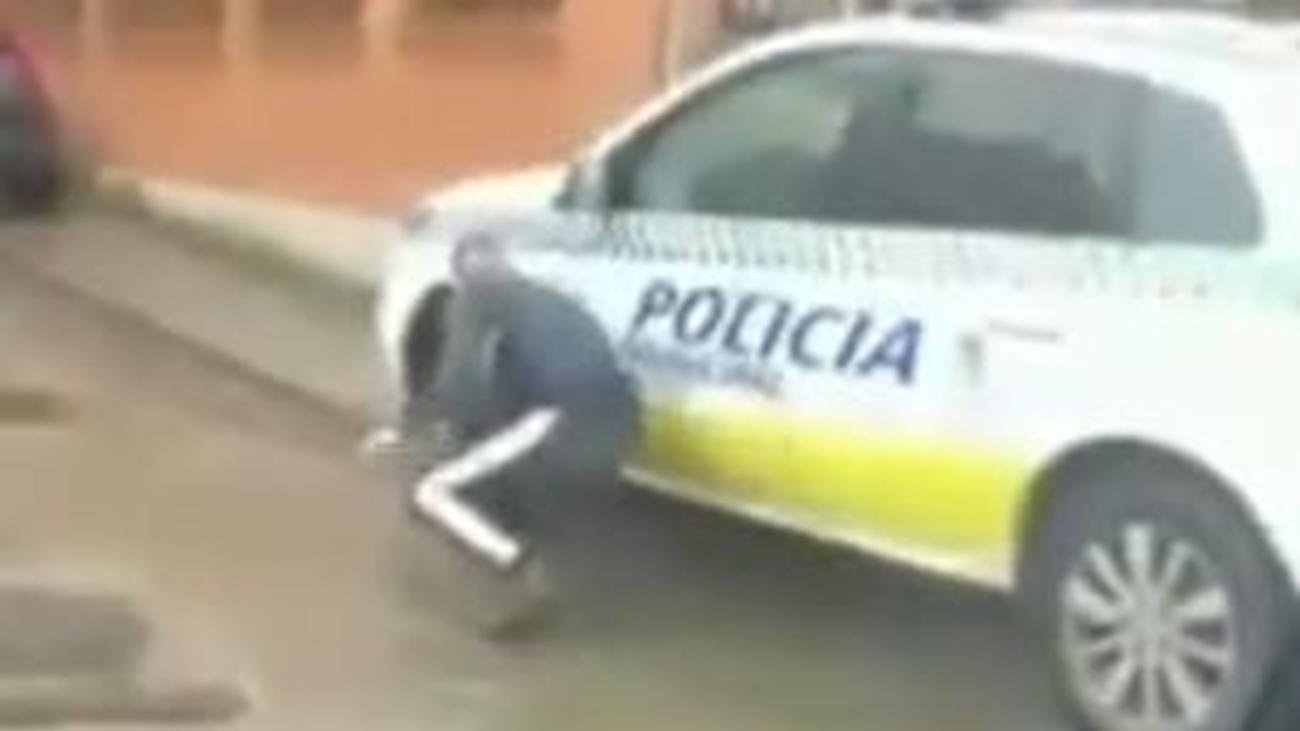 Detenido por rajar las ruedas de un coche de Policía y difundirlo por Internet