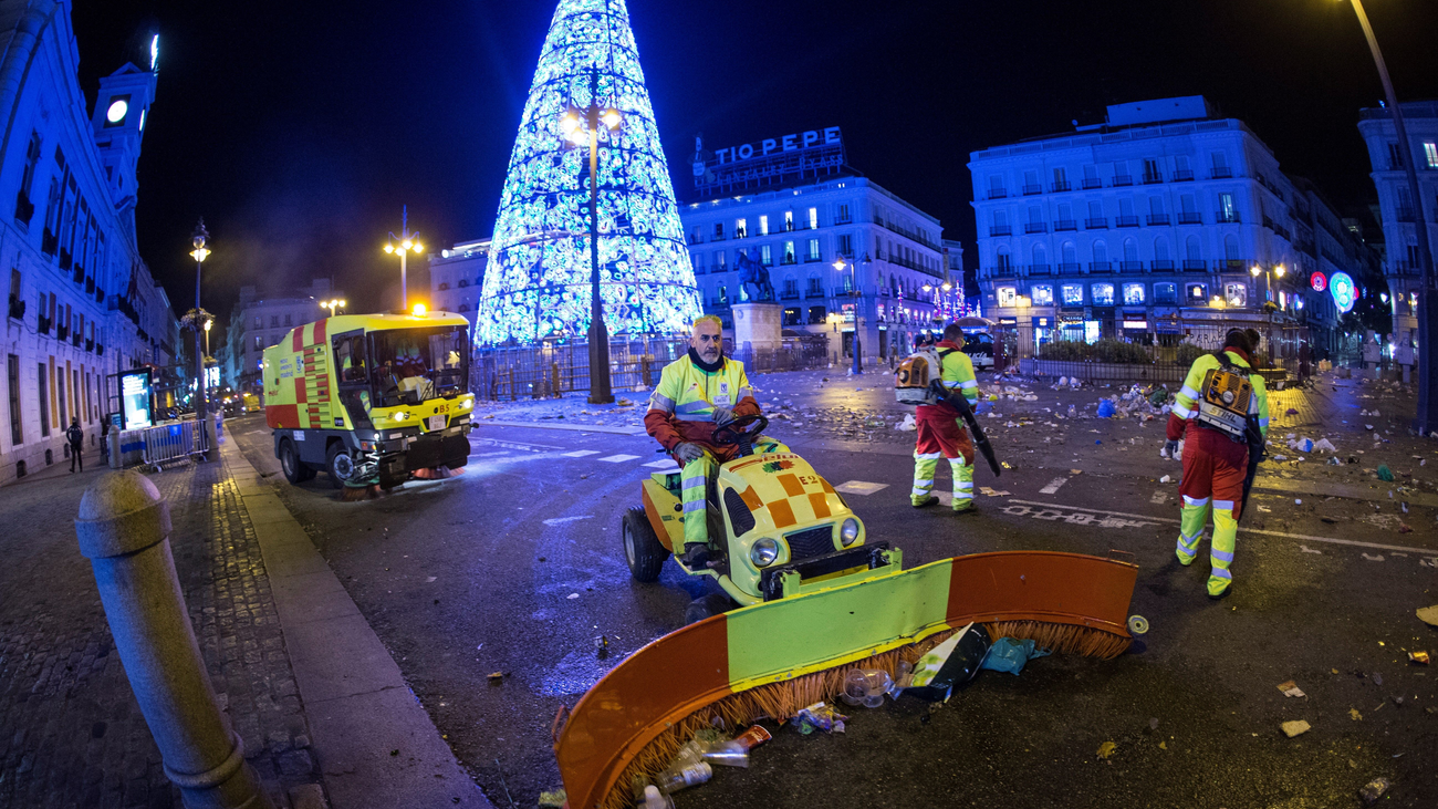 La Puerta del Sol recupera su aspecto tras la recogida de 35.500 kilos de basura