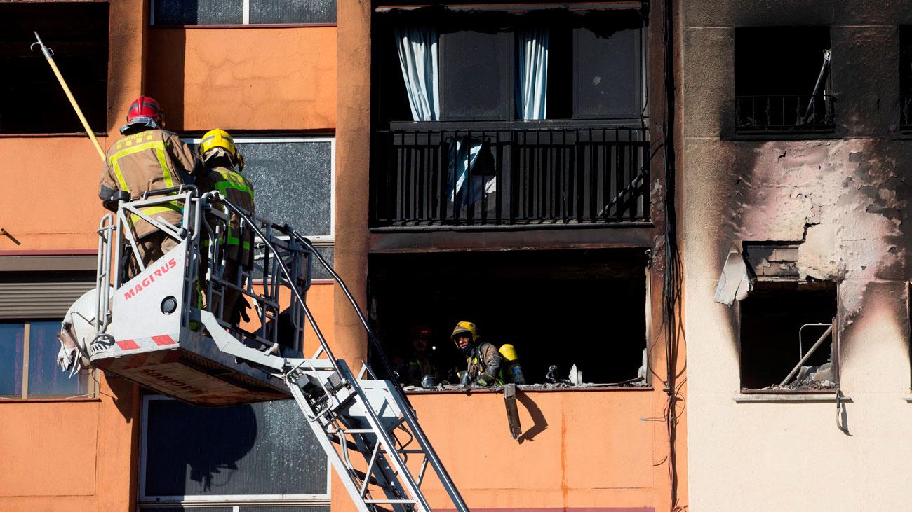 Los vecinos denuncian la tardanza y falta de medios de los bomberos en el incendio de Badalona