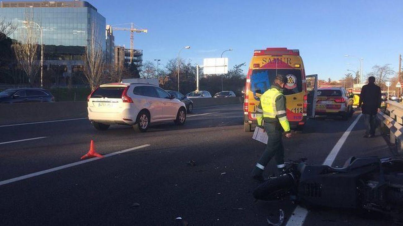 Efectivos del Samur atienden el accidente entre un motorista y un turismo en la A-2 (Foto: Emergencias Madrid)