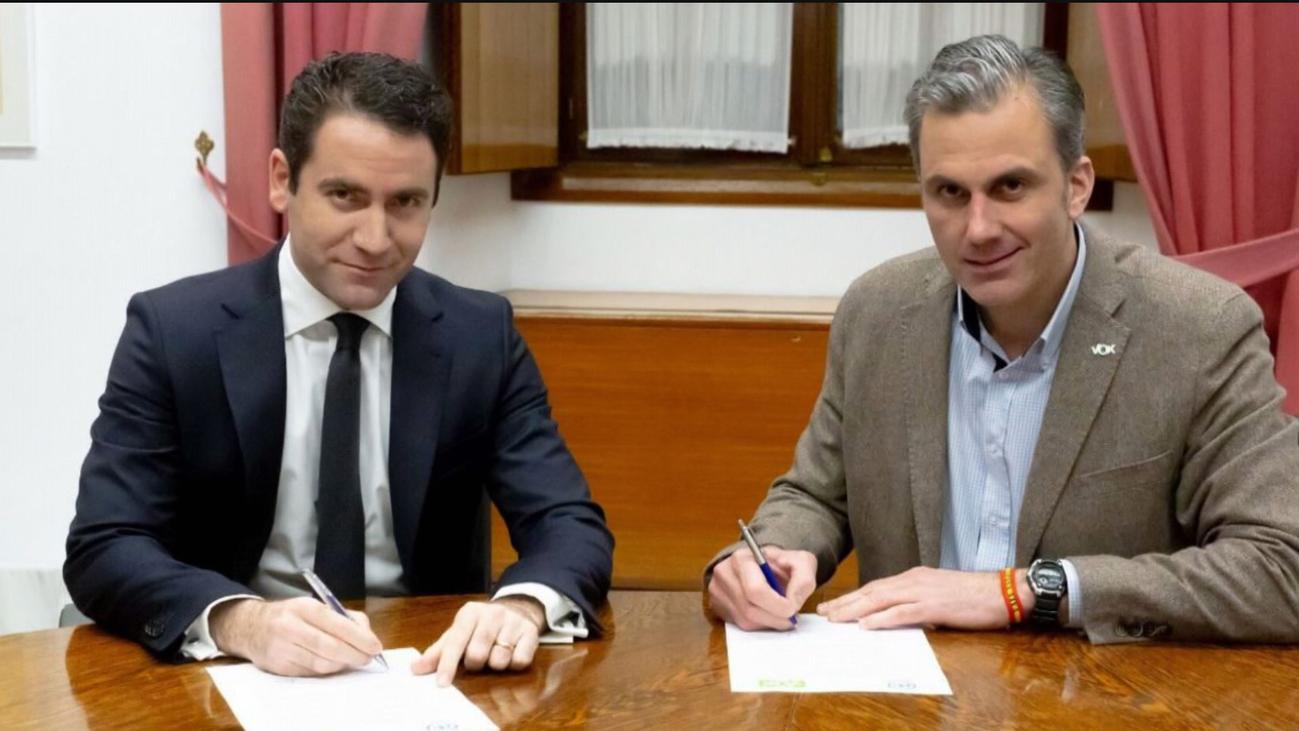El PP negocia a dos bandas con Vox y Cs para cerrar un acuerdoen Andalucía