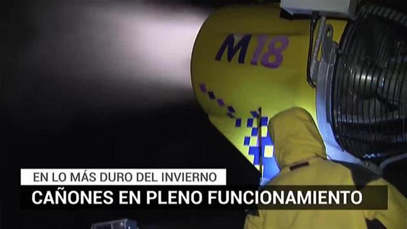 Los cañones de nieve artificial en Navacerrada, a pleno rendimiento