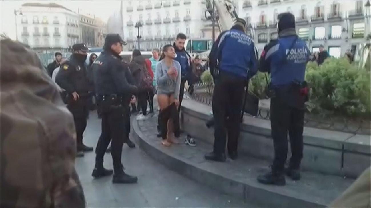 Una mujer se baña semidesnuda en la fuente de la Puerta del Sol