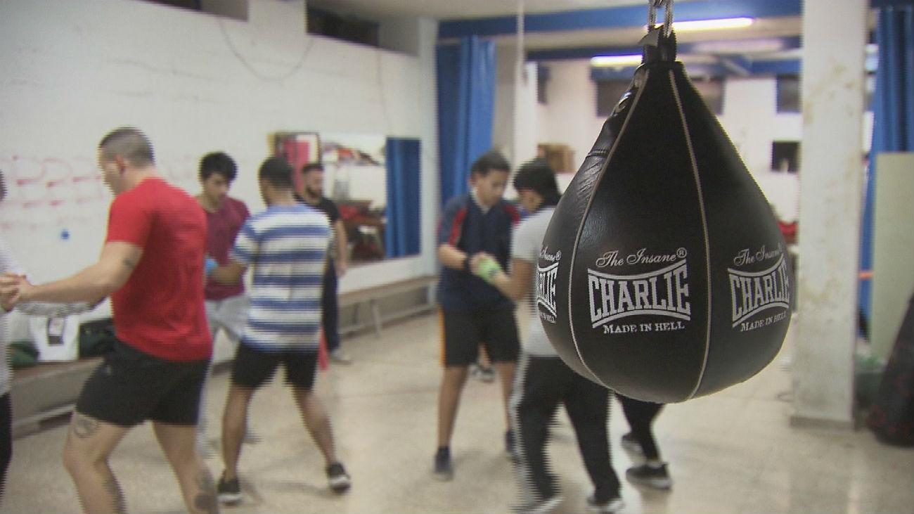 40 jóvenes, unidos por el boxeo, luchan contra el derribo de su gimnasio