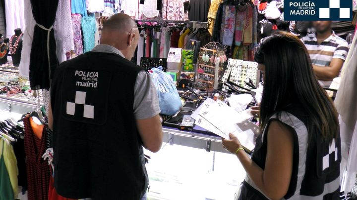 Intervenidos 753 artículos falsificados de marcas de lujo en una tienda de Usera