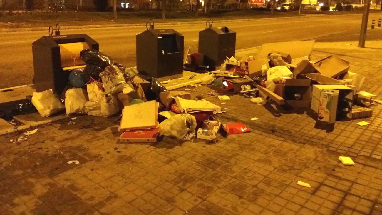 La basura se acumula en las calles de Alcorcón
