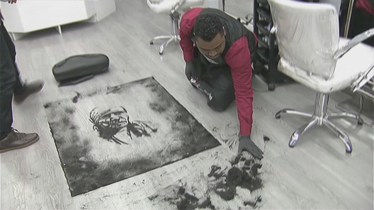 Obras de arte con el pelo cortado en una peluquería de Entrevías