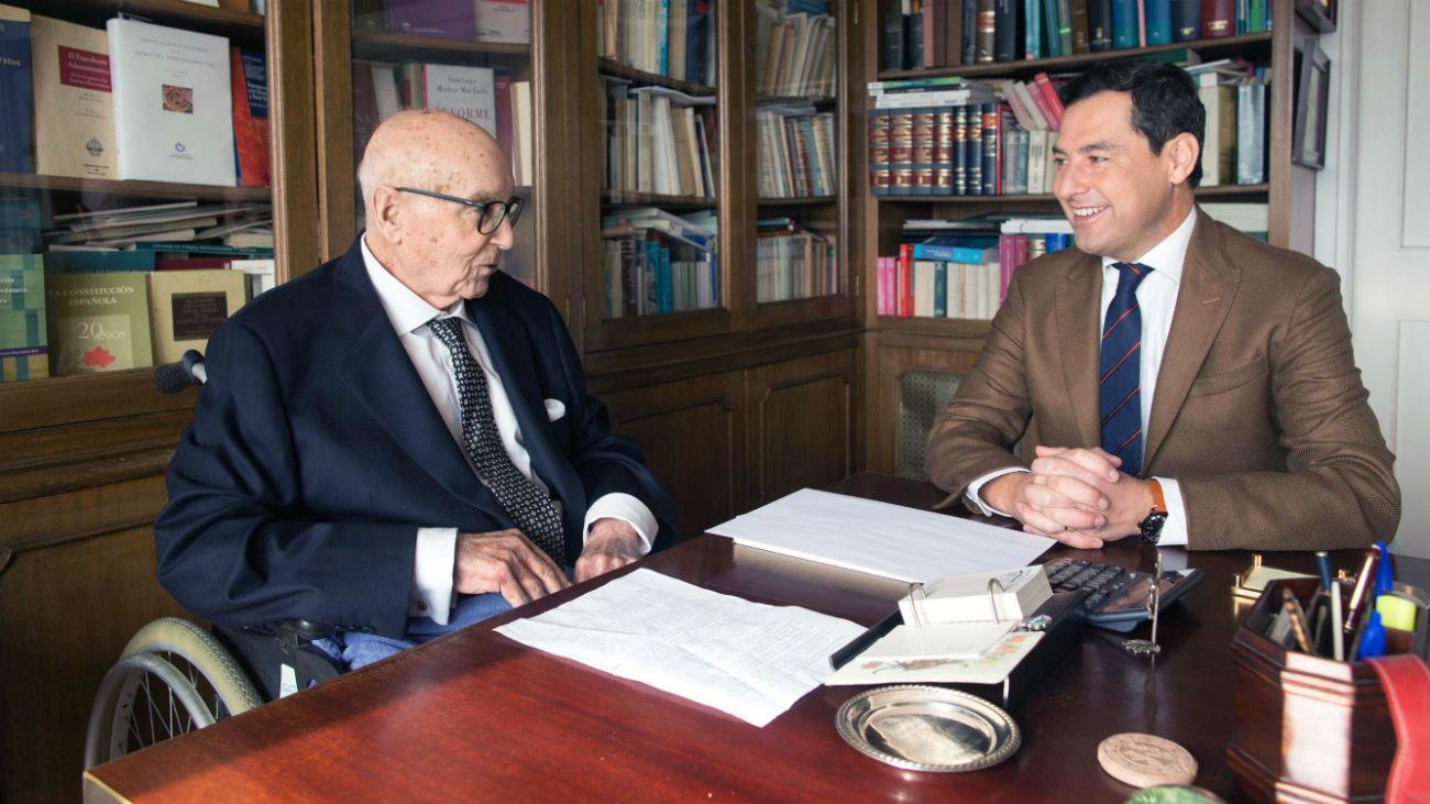 """Moreno se reúne con Manuel Clavero, a quien define como """"padre de la Andalucía moderna"""""""