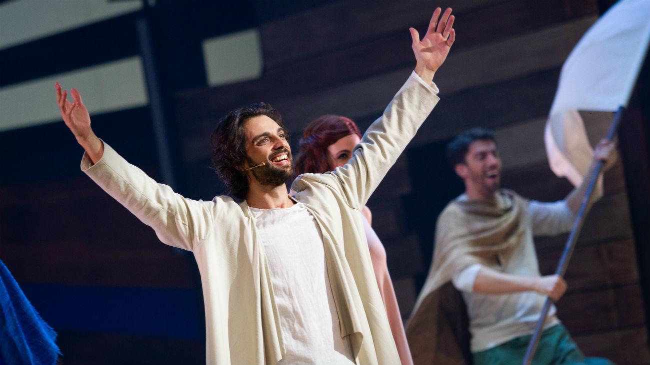 """El actor Christian Escuredo en el papel de Jesús en el musical """"33"""""""
