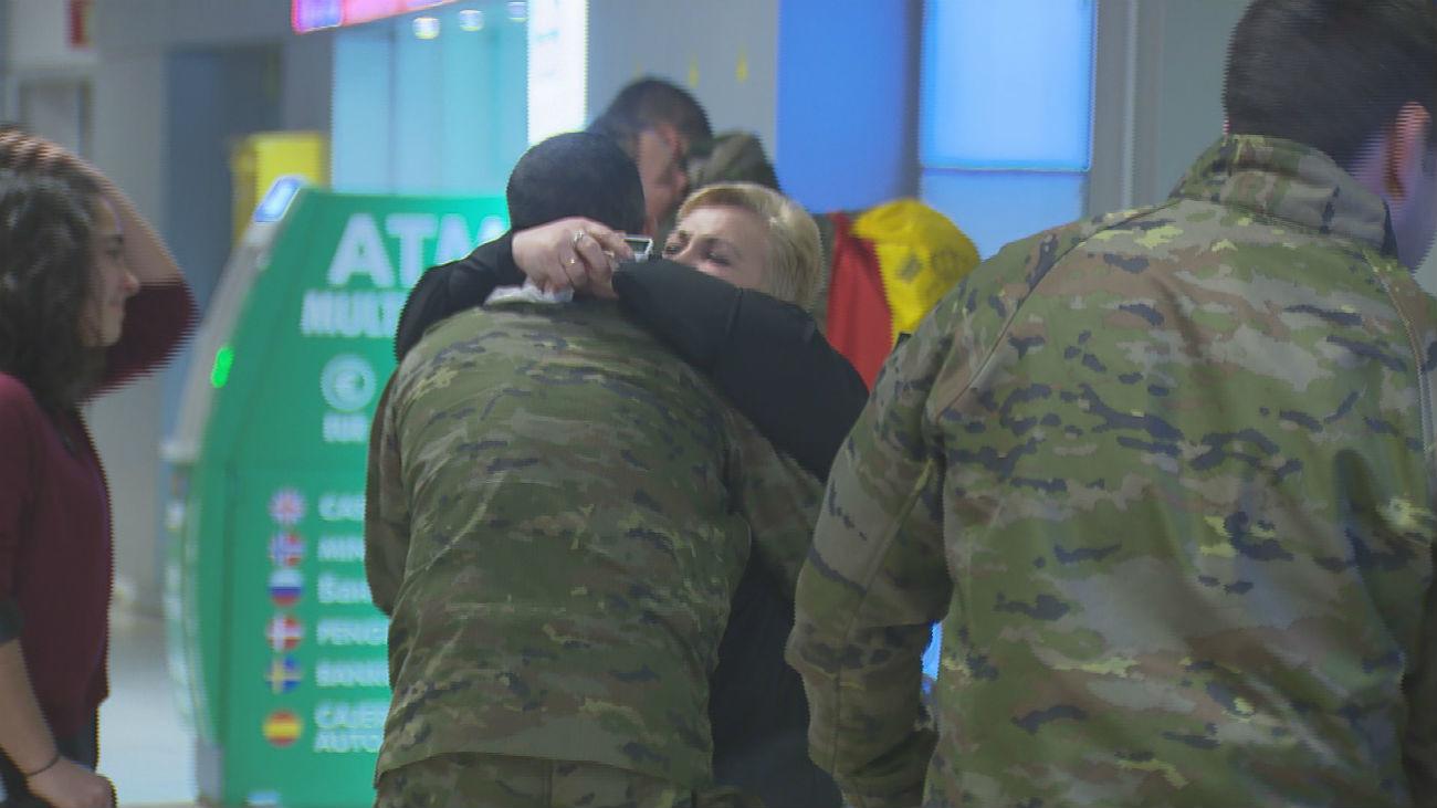 Los militares regresan de Turquía entre vítores y abrazos