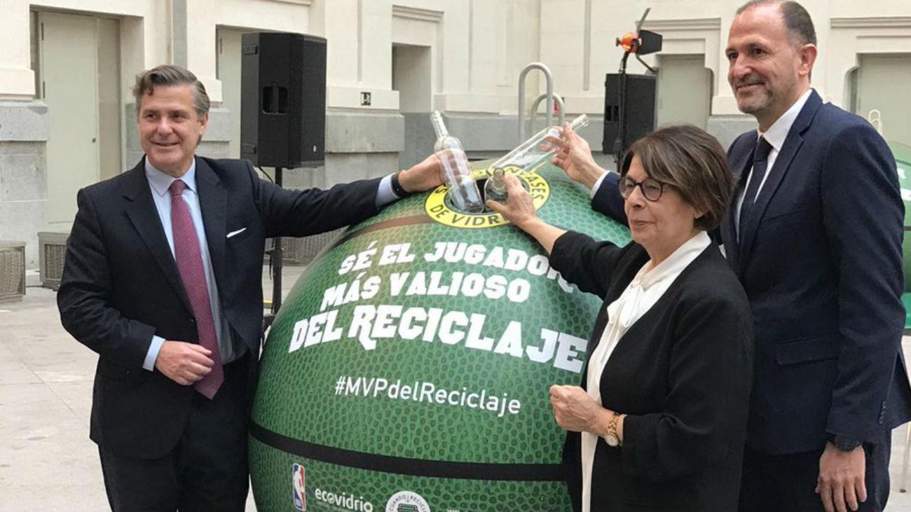 Renuevan una pista de baloncesto con vidrio reciclado por los madrileños
