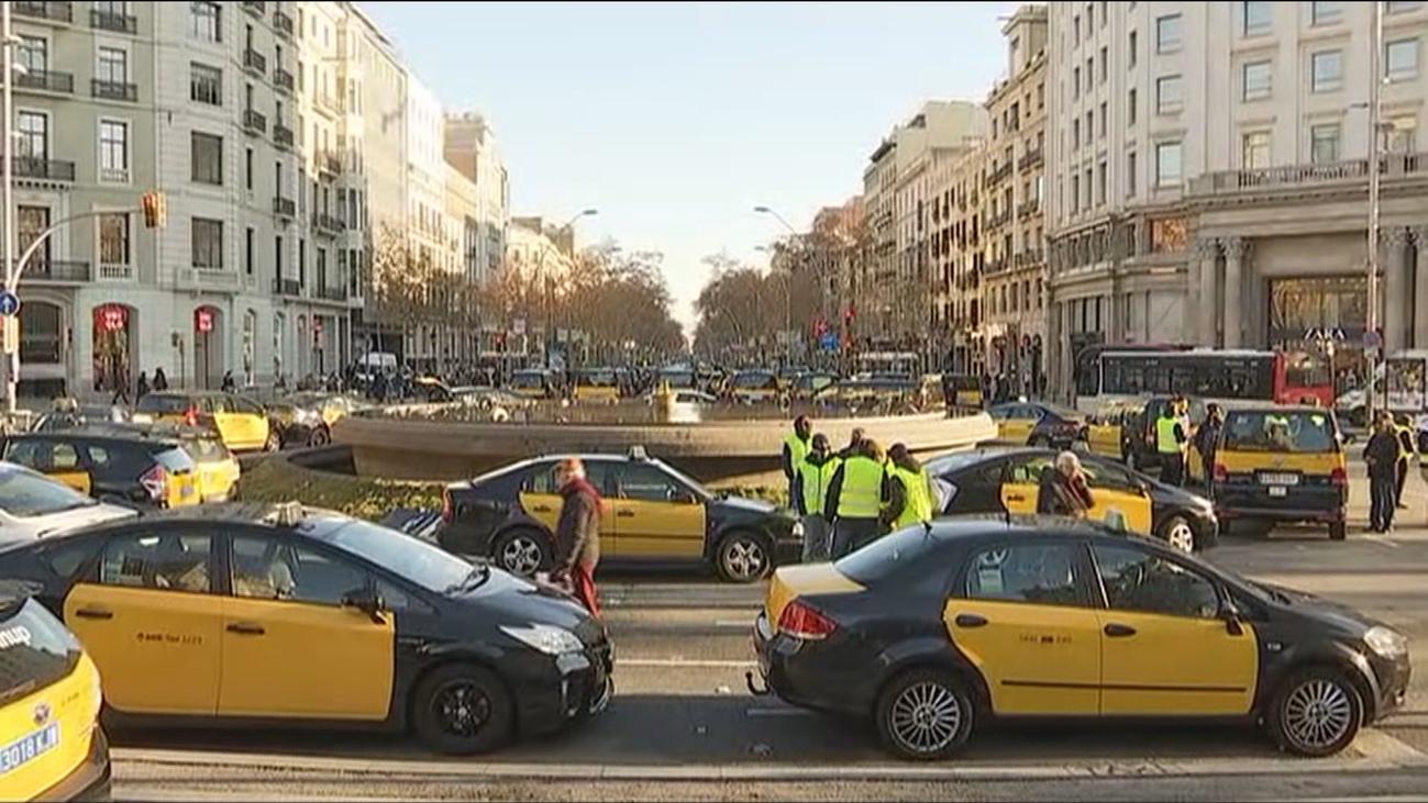 Uber y Cabify amenazan con irse de Barcelona por la precontratación