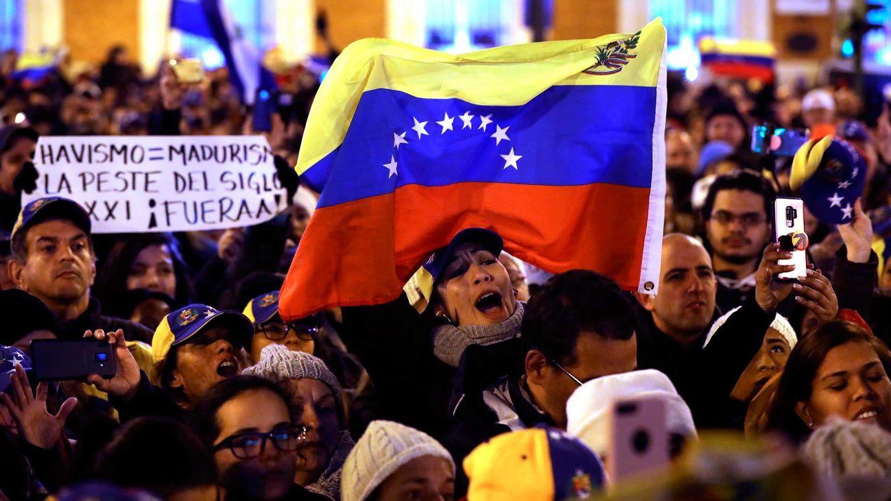 Venezolanos residentes en Madrid han salido a la calle para celebrar la autoproclamación de Juan Guaidó como presidente interino del país
