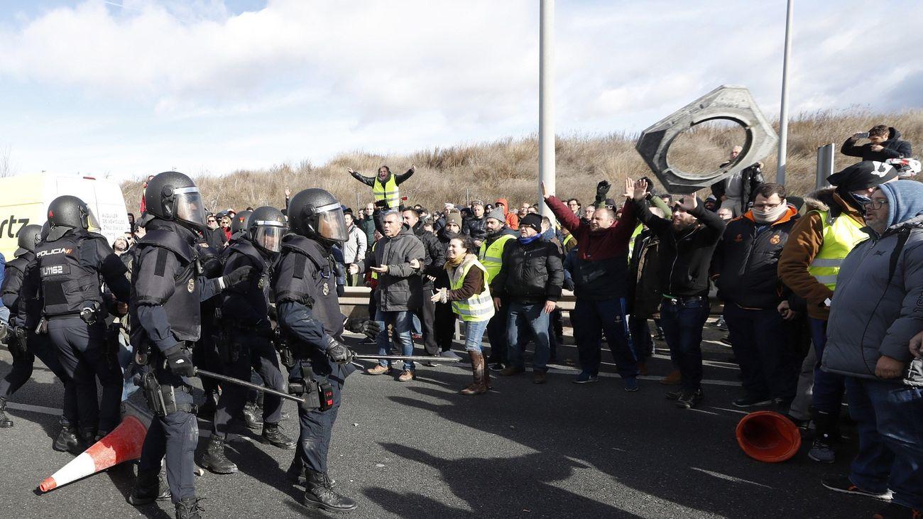 Tensión entre los taxistas de Madrid y los antidisturbios