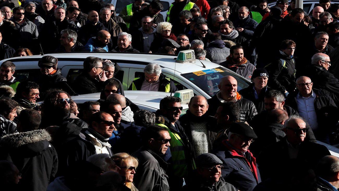 Las taxistas anuncian encadenamientos y huelgas de hambre a partir del viernes