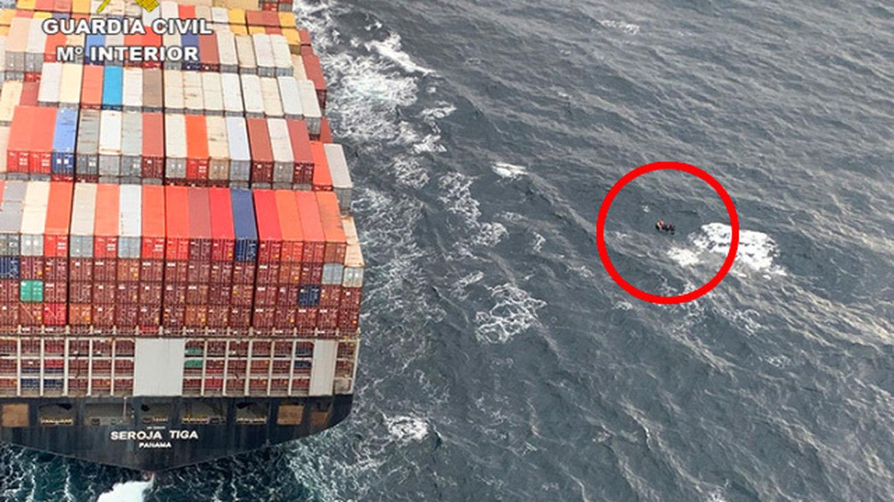 La Guardia Civil evita la colisión de un buque portacontenedores contra una embarcación con 11 inmigrantes