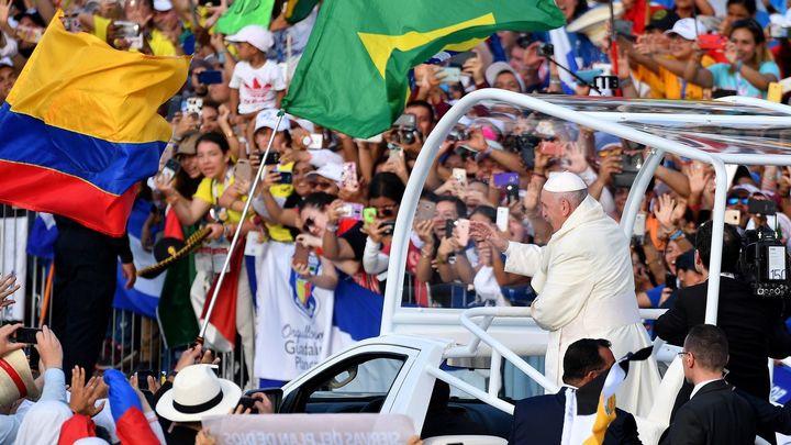 """El Papa clama contra la cultura de la """"división"""" y se entrega a los jóvenes"""