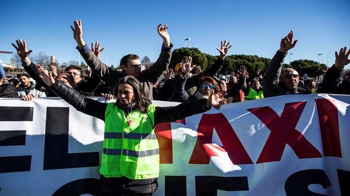 Los taxistas afrontan su sexto día de huelga acampados frente a Ifema