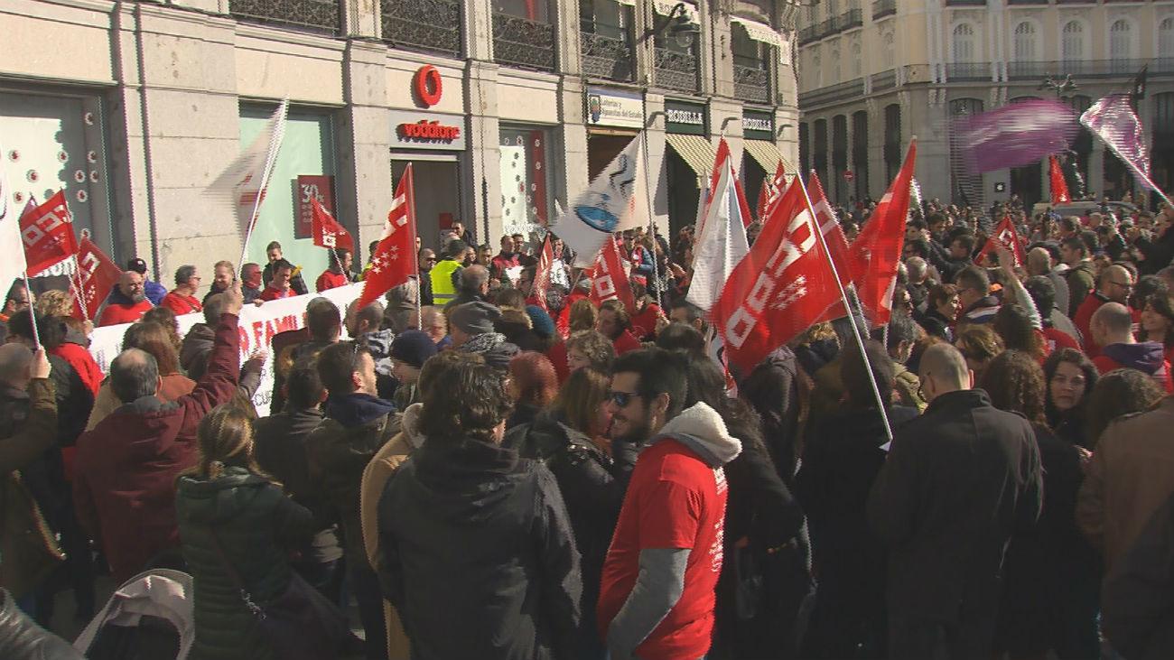 Cientos de personas protestan en Sol contra el ERE de Vodafone