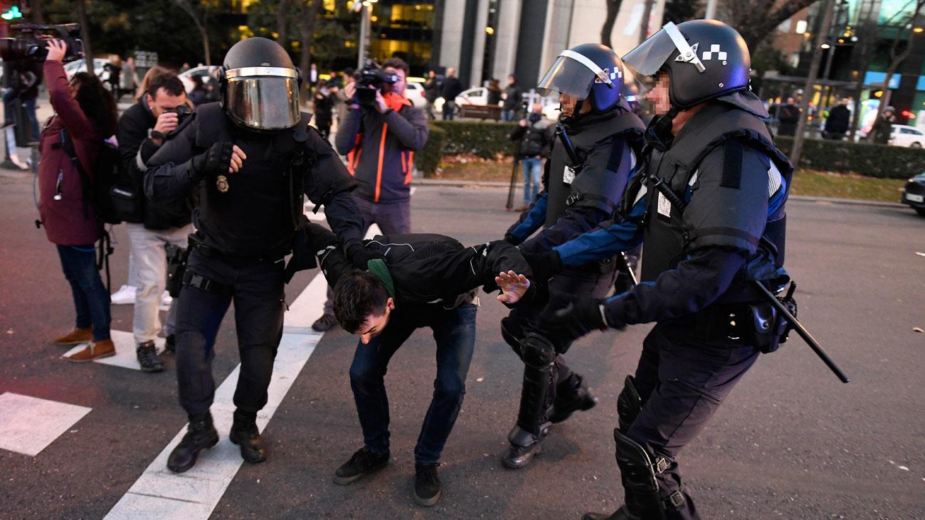La Policía intenta desalojar a los taxistas que bloquean la Castellana