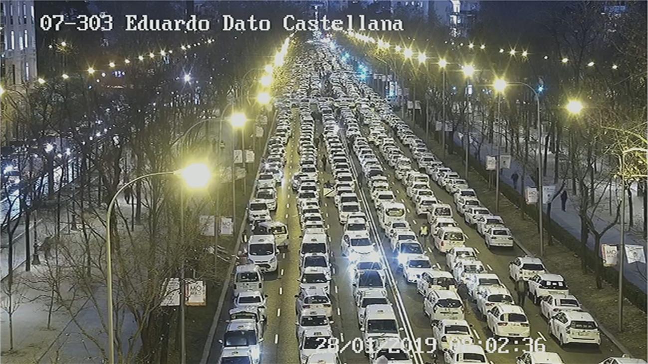 El bloqueo de la Castellana por los taxistas provoca el caos en el tráfico circundante