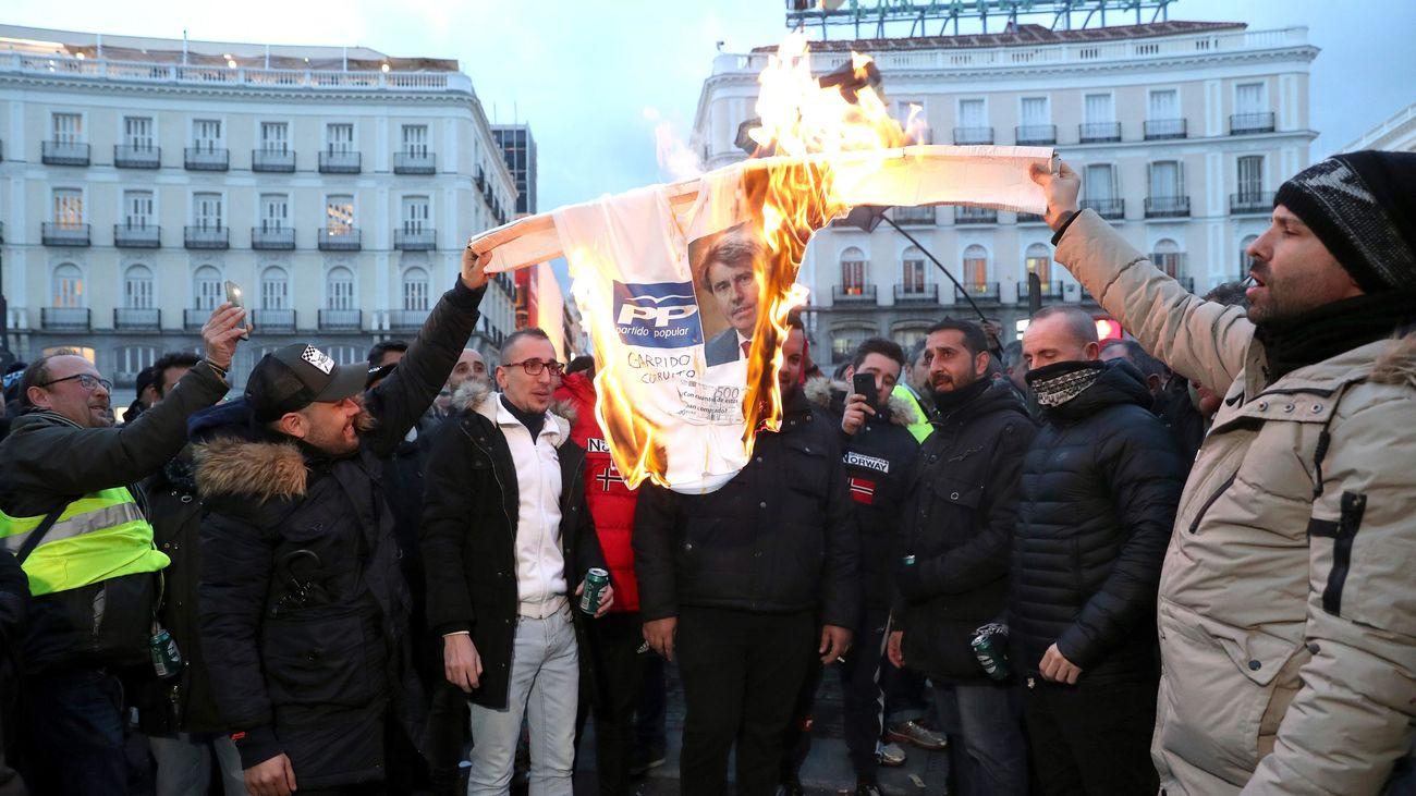 Taxistas queman la imagen de Garrido en Sol