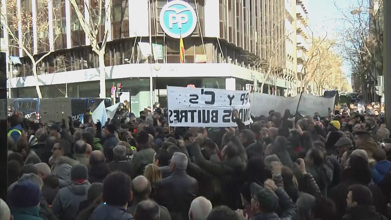 Cientos de taxistas protestan por tercer día consecutivo ante la sede del PP en Génova