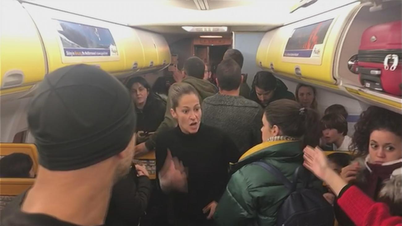 Los pasajeros españoles relatan su odisea tras pasar 6 horas encerrados en un avión de Ryanair