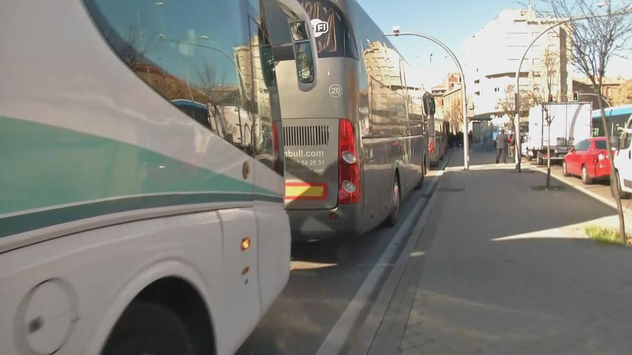 Decenas de autocares discrecionales cortan el carril bus de O'Donnell