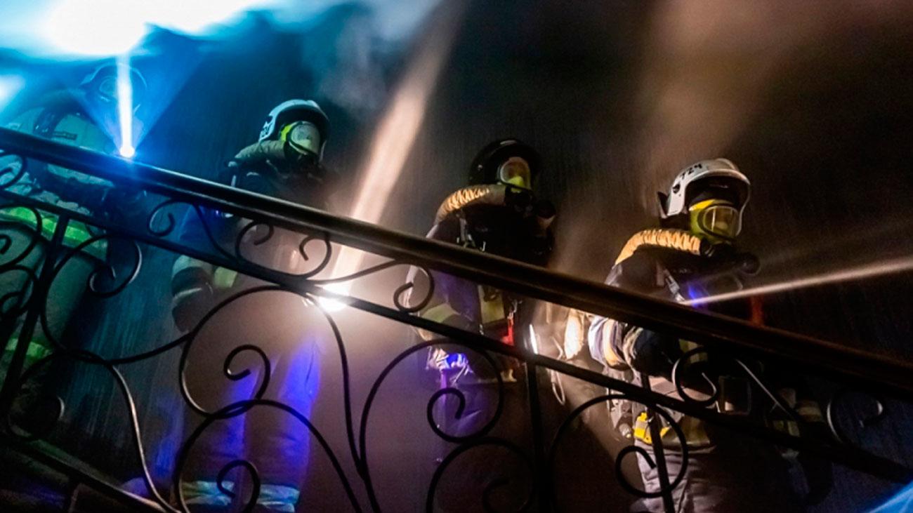 Imágenes del incendio en un edificio de viviendas en el corazón de París