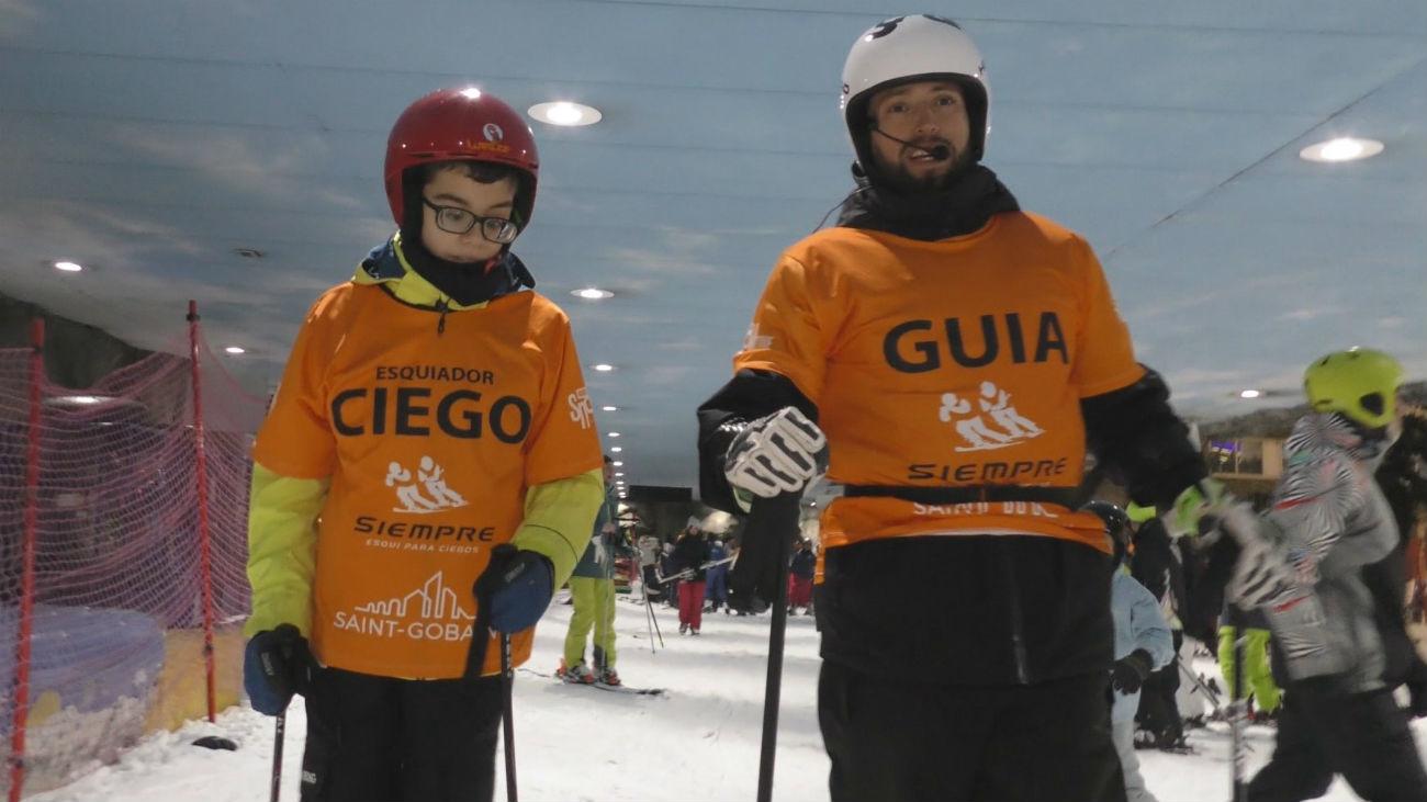 Andrés se siente libre esquiando pese a ser ciego