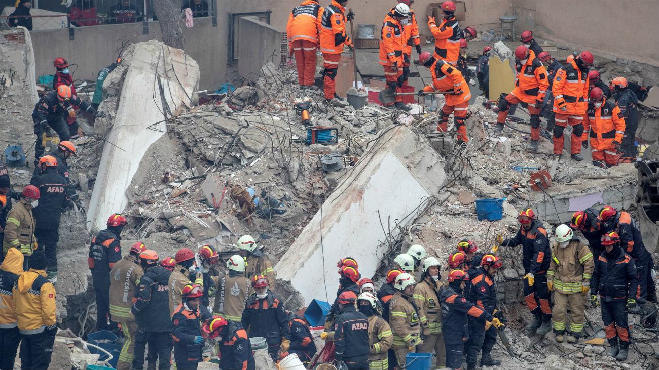 Miembros de los Servicios de rescate trabajan este viernes entre los escombros del edificio de ocho plantas