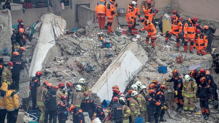 Suben a 18 los muertos por el derrumbe de un edificio en Estambul