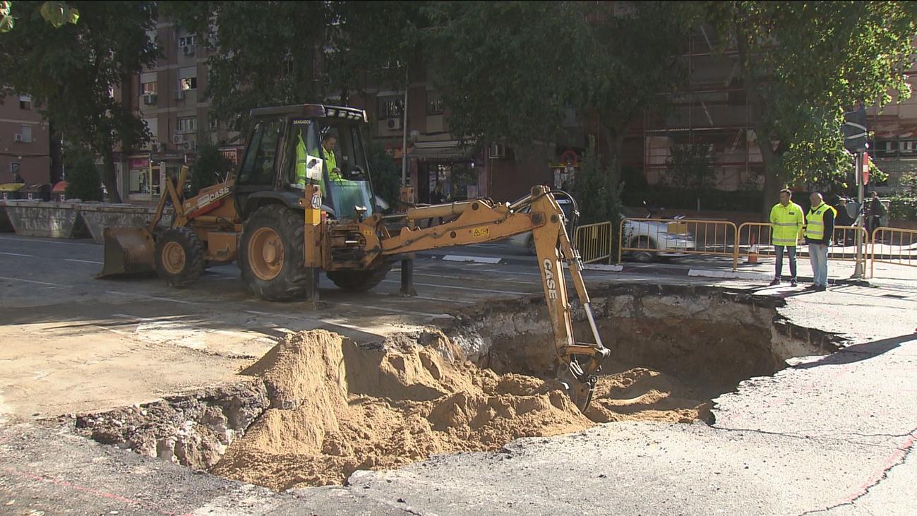 El socavón de Ciudad Lineal deja a 14 portales sin agua
