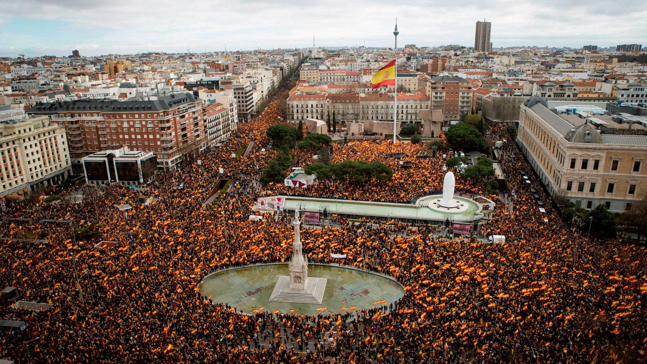 Miles de personas exigen elecciones a Sánchez en la plaza Colón