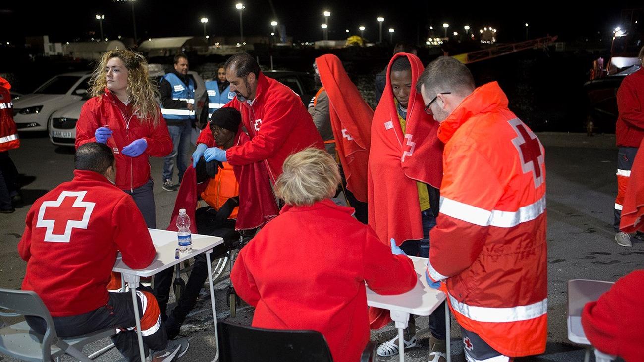 Rescatadas 54 personas de una patera que navegaba por el mar de Alborán