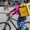 Gobierno, sindicatos y patronal acuerdan laboralizar a los 'riders'