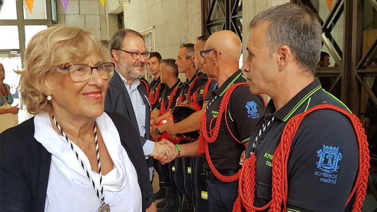 Manuela Carmena con los Bomberos de Madrid