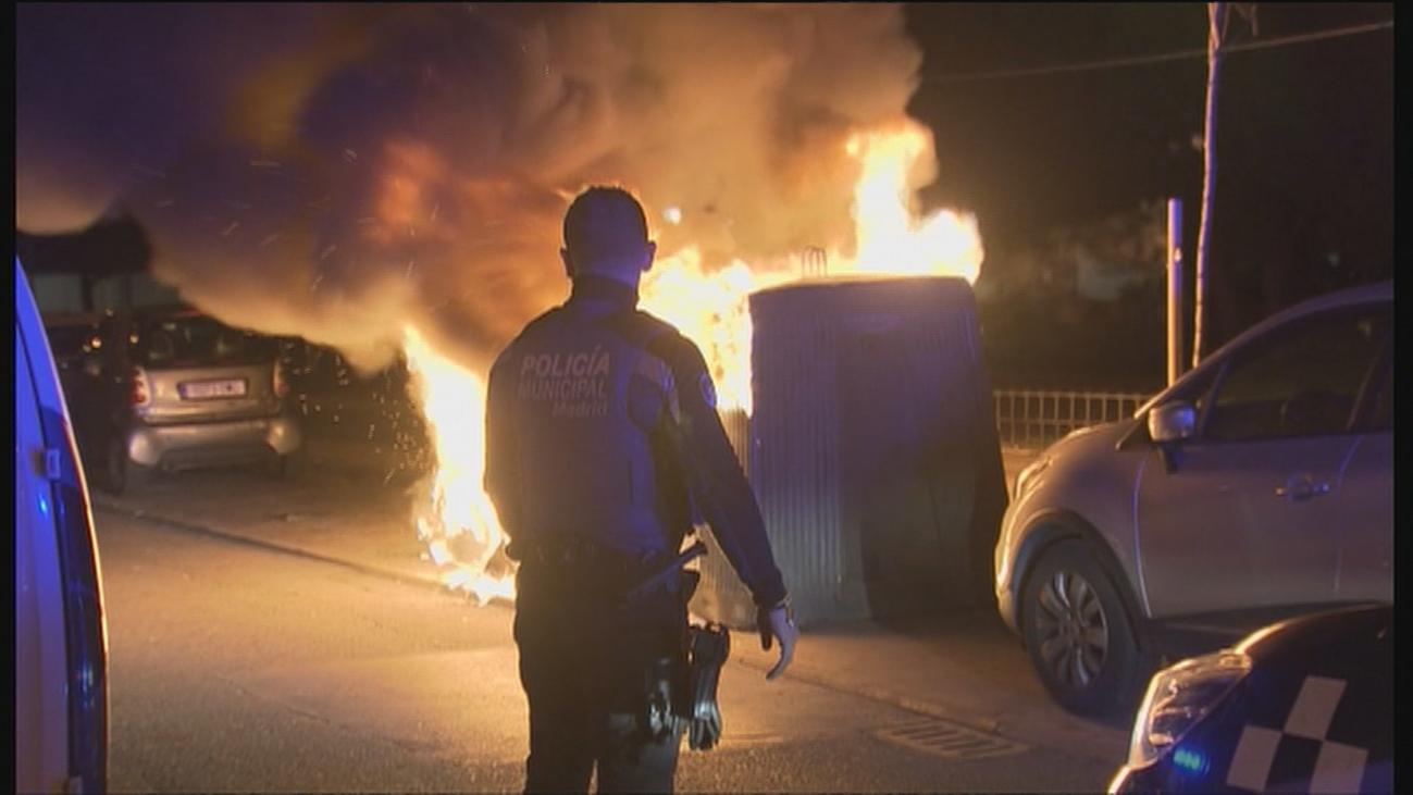 La policía busca a un pirómano en Usera por la quema de contenedores